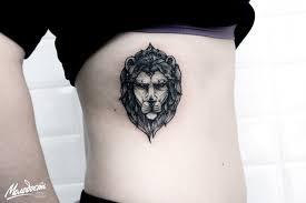 татуировка на ребрах у девушки лев фото рисунки эскизы