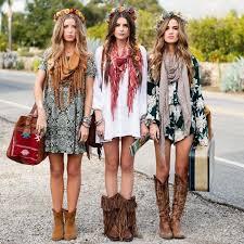 Endlich mal alles um sich herum vergessen und einfach mal wieder so richtigen spaß haben. Boho Style Bunte Kleider Kombiniert Mit Schals Und Hohe Stiefeln Modestil Bunte Kleider Bohemian Kleidung