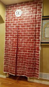 Entrada al salon que sea de 9 DIY Harry Potter Party Decor: Platform 9 made  out of Dollar Store plastic tablecloths!