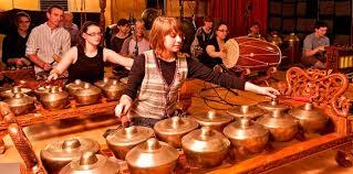 Memang alat musik ini identik dengan adat melayu yang tentunya kental dengan nuansa budaya arab. 5 Alat Musik Tradisional Jawa Timur Gambar Penjelasan Dan Cara Memainkannya Silontong