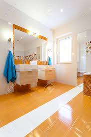Big Zeitgenössische Weiß Und Orange Badezimmer Lizenzfreie Fotos