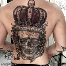 татуировка на спине у парня череп с коронй фото рисунки эскизы