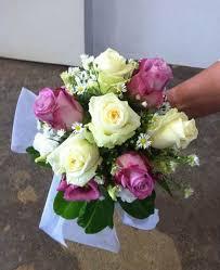 Un vaso con fiori semplici, delicati, raffinati e coordinati con foglie e piccoli decori, destinato a centro tavola potrà arricchire lo spazio rendendolo accogliente e carico di naturalezza. Prezzi Addobbi Floreali E Allestimenti Per Matrimonio Con Rose E Fiori Produzione Rose