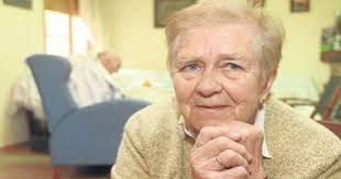 Ana Lara mira a la cámara sentada en su casa en Trassierra. - JUAN MANUEL - 692599_1