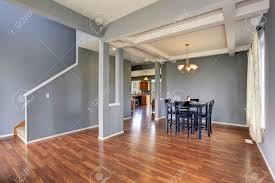 Camera semplicistico pranzo con pareti grigie e nero set sedia da