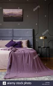 Gold Lampe Auf Schwarz Tisch Neben Dem Bett Mit Rosa Decke In