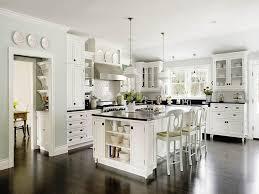 Zauberhafte Klassische Schwarze und Weiße Küche mit schwarzer