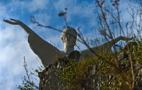 Statua del Cristo Redentore di Maratea tra la vegetazione - Marateaclub