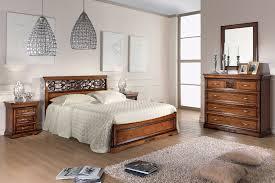 Composizione camera da letto classica con letto intagliato