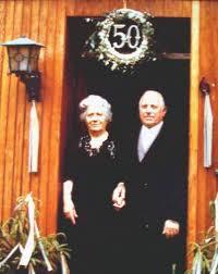 Hans und Paula Wilden. li > re: 19??. - Goldene Hochzeit vor Haus 19 in 1979 . - Hammer-WildenHans1902-1979-Paula