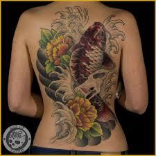 татуировка на спине у девушки карп и цветы фото рисунки эскизы