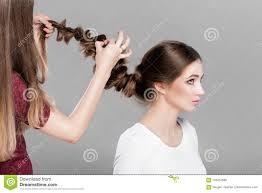Tresse De Coiffure Femme Avec Le Long Cheveu Photo Stock