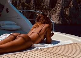 Belen fa impazzire Capri col suo lato B. Fisico top per la Rodriguez