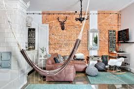 Elegant Hängematte Im Wohnzimmer Mit Betonwand Und Kachelofen
