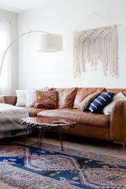 Was Passt Zu Braunem Sofa Weiße Wand Teppich Holztisch
