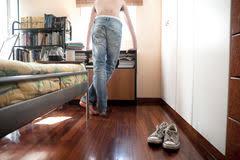 Camere Da Letto Moderne Uomo : Uomo che guarda dalla sua finestra della camera da letto