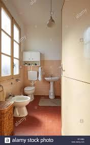 Bad Mit Rosa Fliesen In Der Alten Wohnung Interieur Stockfoto Bild