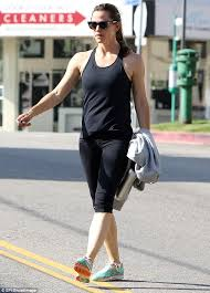 Jennifer garner & edgar ramirez love the crown and reveal awkward places they've been spotted. Working Up A Sweat Jennifer Garner Shows Off Toned Physique In Tank Top And Yoga Leggings As She Hits The Gym Daily Mail Online