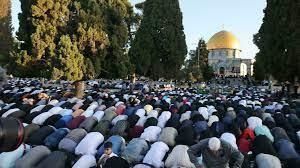 عشرات الآلاف من الفلسطينيين يؤدون صلاة العيد بالمسجد الأقصى في ظل تصاعد  العنف مع إسرائيل