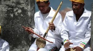 Suling melintang adalah alat musik tradisional maluku yang cara memainkannya yaitu ditiup. 10 Alat Musik Maluku Beserta Gambar Dan Penjelasan Lengkapnya
