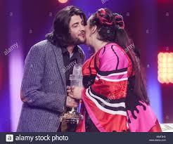 12 maggio 2018, Portogallo Lisbona: il vincitore dell'anno scorso Salvador  Sobral si congratula con il vincitore di quest'anno è netta da Israele  sulla sua vittoria alle finali di 63rd Eurovision Song Contest.