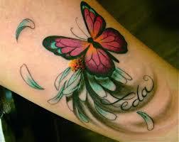 красивая тату на предплечье девушки бабочка на цветке фото