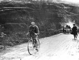 Risultati immagini per un uomo al comando ciclismo