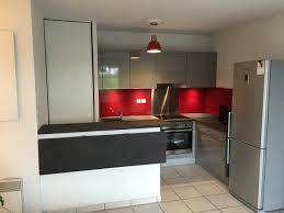 Cuisine Façade Gris Brillant Crédence Rouge Modern Kitchen