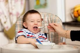 Trẻ 4 tháng ăn dặm ngày mấy bữa để hệ tiêu hóa đảm bảo khỏe mạnh?