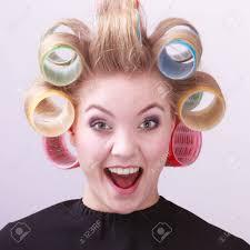 美容室美容院ヘアスタイルで髪のカーラー ローラと陽気なブロンドの