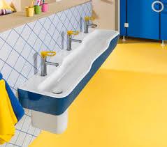 Veja como usar cores diferentes, marcenaria inteligente, azulejos e revestimentos personalizados para decorar banheiros e lavabos. Banheiro Da Linha Comercial Todos Os Fabricantes De Arquitetura E Design Videos