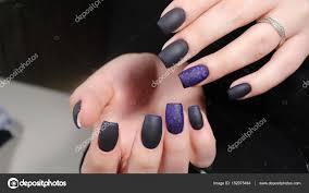 Provedení Matné černé A Modré Nehty Manikúra Stock Fotografie