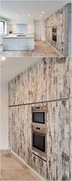 Moderne Keuken Met Een Wit Kookeiland En Een Accentmuur In Hout