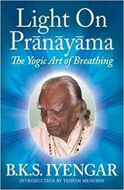 light on prãnãyãma the yogic art of breathing b k s iyengar yehudi menuhin 0783324860320 amazon books