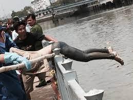 Phát hiện xác chết ngay chân cầu Điện Biên Phủ | Tin Tức