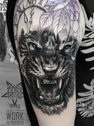 тигр на плече мужская татуировка в процессе сделать тату у мастера