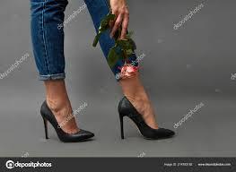 элегантные девушки ноги джинсы высоких каблуках руке девушки
