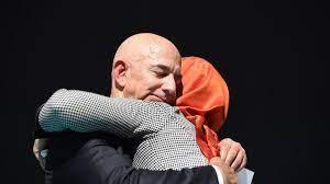 """حضن"""" خطيبة خاشقجي لبيزوس يثير ضجة.. وعبدالرحمن بن مساعد يصفها بـ""""الخطيئة"""" -  CNN Arabic"""