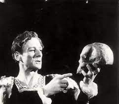John Gielgud as Hamlet holding the skull in the graveyard scene 1944  production of Hamlet | John Gielgud Picture #15593713 - 454 x 392 -  FanPix.Net