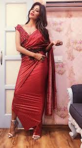 in a shweta kapur creation chitrangada was looking smoking hot in the cherry red saree and she made desi look y keeping it simple with accessories and