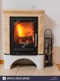 Kachelofen Mit Feuer Im Inneren Gemütlichen Und Warmen