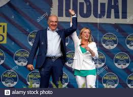 Kandidat für das Amt des Bürgermeisters von Rom Enrico Michetti mit dem  Anführer der Fratelli d'Italia Giorgia Meloni während der Demonstration der  Fratelli d'Italia auf der Piazza del Popolo. Rom (Italien), 18.