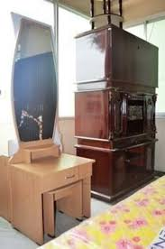dressing table with round mirror