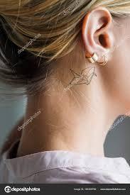 Detailní Záběr Jednoduché Ucho Tetování Mladé ženy Stock