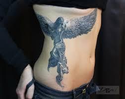тату девушки на боку фото татуировки в стиле блэк энд грей девушк