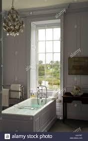 Badezimmer Mit Holz Getäfelten Wänden Und Kronleuchter Im