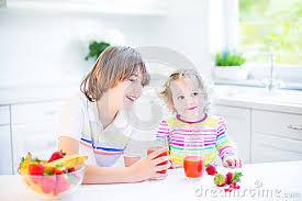 Deux Enfants De Mêmes Parents Mignons Ayant Le Fruit Pour Le Jus ... via Relatably.com