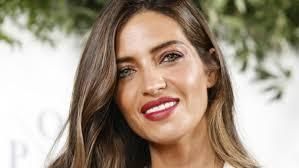 В июле 2009 года карбонеро была признана самым сексуальным репортером в мире по версии fhm usa. Sara Carbonero Se Apunta Al Accesorio De Pelo Del Verano Y Esta Guapisima Telva Com
