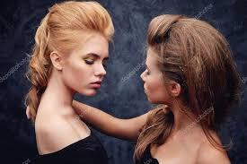 Dvě Mladé Dívky Představují Make Up A účesy Stock Fotografie