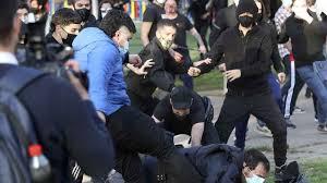 Radicales de izquierda intentan reventar el mitin de Abascal en Vallecas y  agreden a la Policía